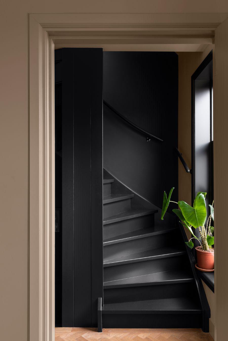 kleur van het jaar 2021 - zwarte trap